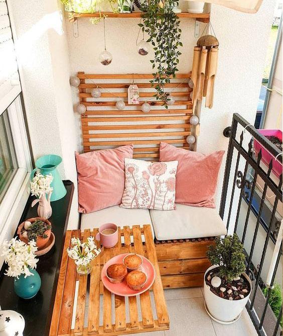balcon con madera y cojines