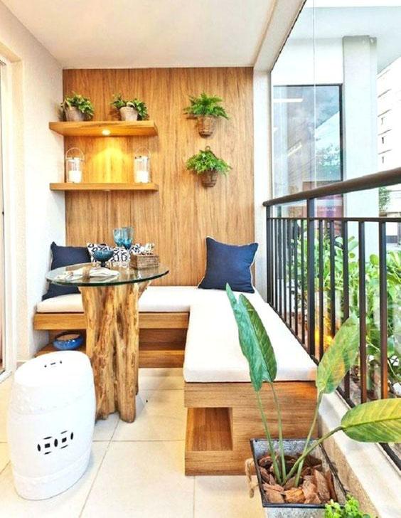 balcon con madera y vegetacion